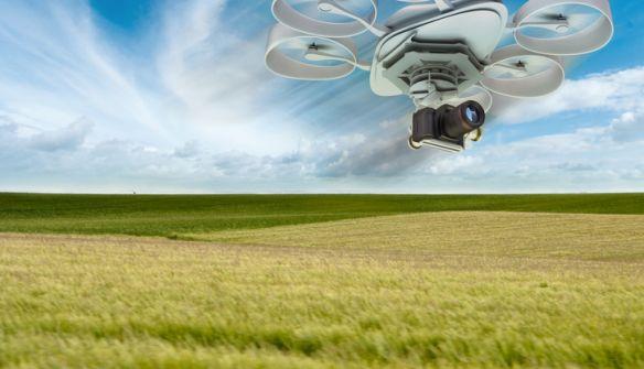 Drône survolant des champs